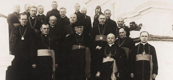 Biskup z duchowieństwem
